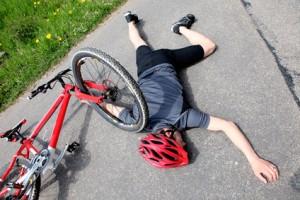 Fahrradfahrer, der einen Unfall auf der Straße hat