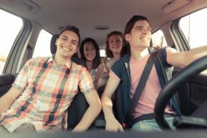 4 Menschen in einen Auto